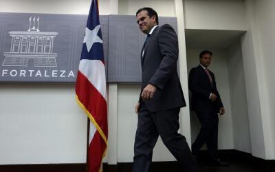 El gobernador de Puerto Rico, Ricardo Rosselló Nevares (i), y el...