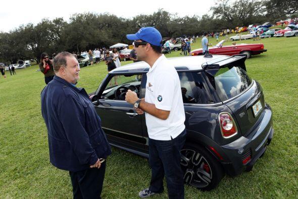 Raúl es fanático de los automóviles y tiene una gran colección.  Mira es...