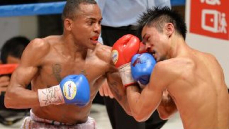 Liborio Solis golpea al japonés Kohei Kono en su victoria en Tokio.