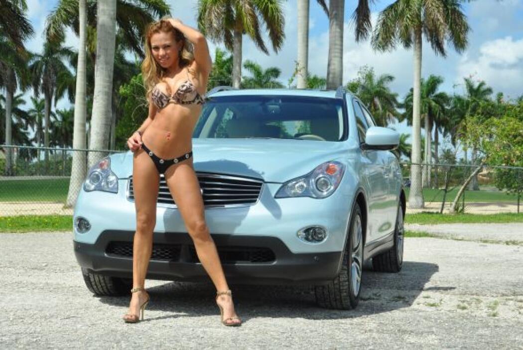 Luanna Reyes derrochó sensualidad a bordo de una Infiniti EX 35 y demost...