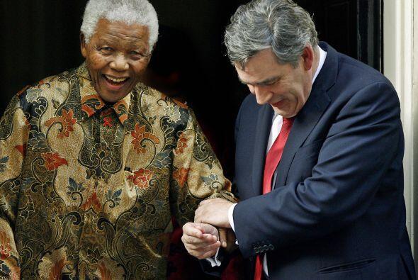 Nelson Mandela es ayudado por un paso por el primer ministro brit&aacute...