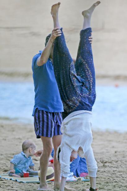 Pero también estaban divirtiéndose, aquí Adam ayudaba a su esposa con un...