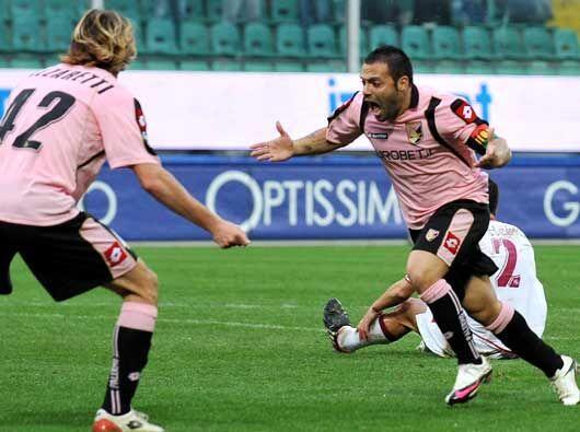 El solitario gol de Fabrizio Miccoli le dio los tres puntos al Palermo,...
