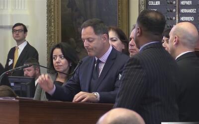 Tras un intenso debate, representantes texanos aprueban la iniciativa de...