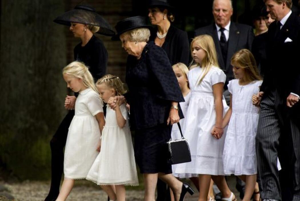 El luto inundaba las caras de la familia real.