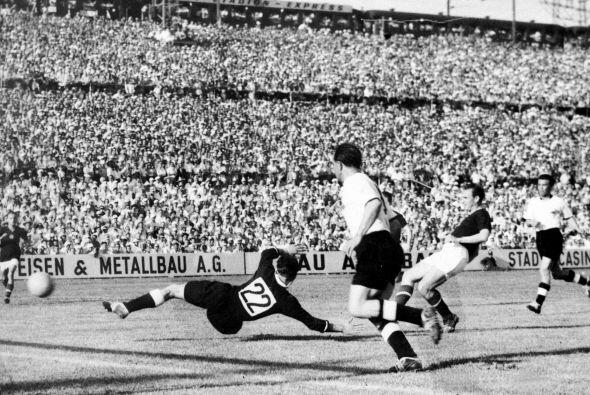 En Suiza 1954, Hungría y Alemania Occidental empataban 2-2 en la...