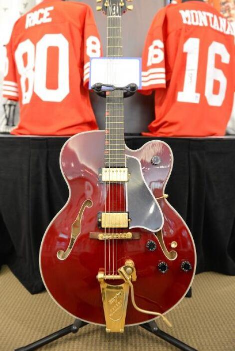 ¿Eres fanático de David Bowie? Quizá hubieras podido comprar su guitarra...