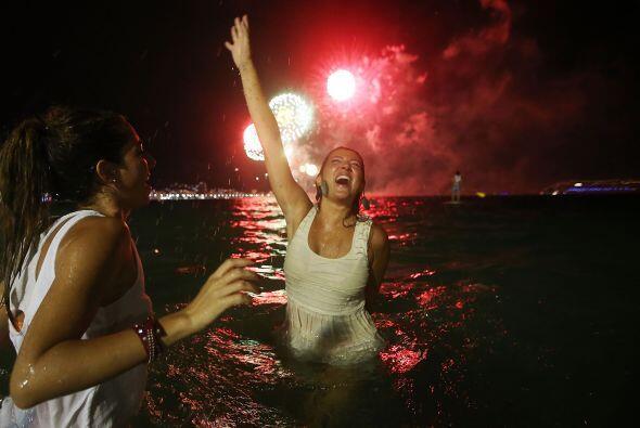Río de Janeiro, Brasil, recibe el Año Nuevo 2015 con fuegos artificiales...