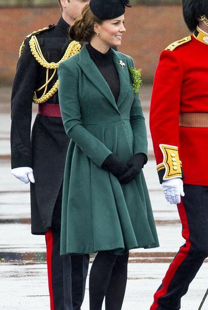 Por el clima del Reino Unido Kate debe recurrir a abrigos que la cubran...