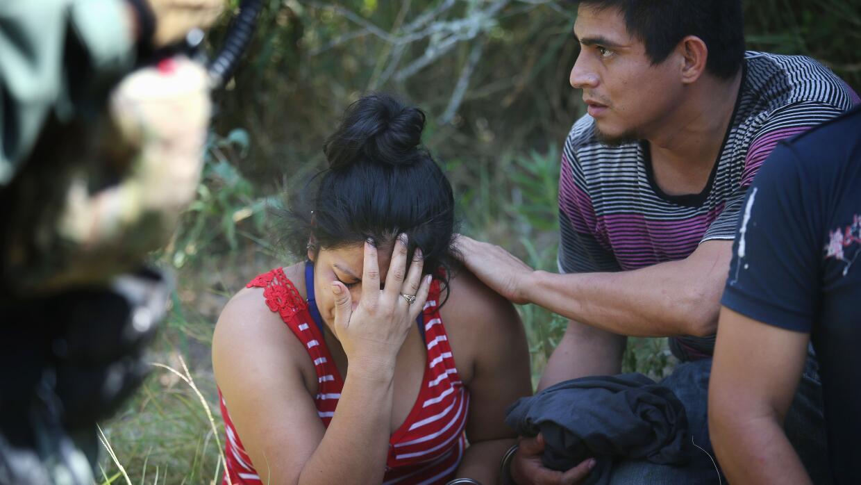 Una inmigrante llora tras ser detenida por agentes de la Patrulla Fronte...