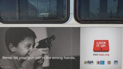 Campaña en autobuses de Los Ángeles para guardar armas en...