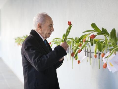 El presidente israelí, Shimon Peres coloca un tulipán en l...