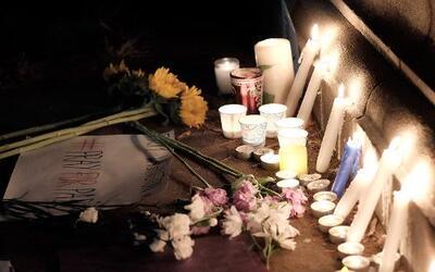 Velas y flores en la estatua del Marqués de Lafayette en Washington DC