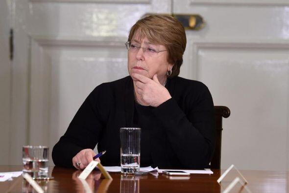 La presidenta de Chile, Michelle Bachelet, durante reunión con varios mi...