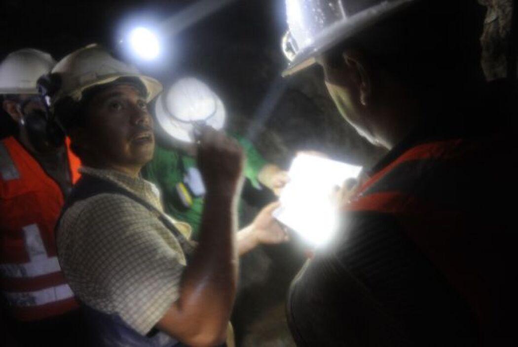 Mediante turnos que cubren las 24 horas al día, los mineros realizan la...