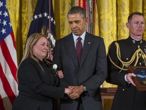 El presidente estadounidense Barack Obama, junto a Shyrell Jean Copas, h...