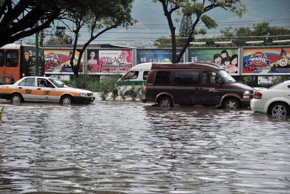 Granizadas, trombas y fuertes e intensas lluvias mantienen bajo el agua...