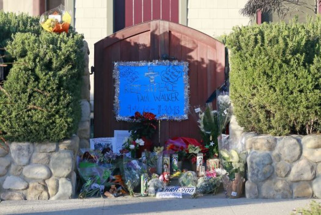 Flores, fotos, mensajes, todo en memoria del actor. Más videos de Chisme...