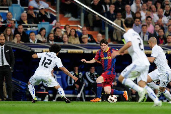 Mourinho llenó el mediocampo para dificultar la movilidad del Barcelona...