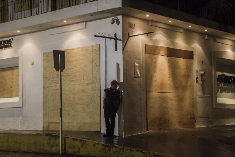 Puerto Vallarta recibe al potente huracán Patricia GettyImages-493991794...