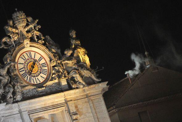 La fumata blanca salió de la chimenea de la Capilla Sixtina minutos desp...