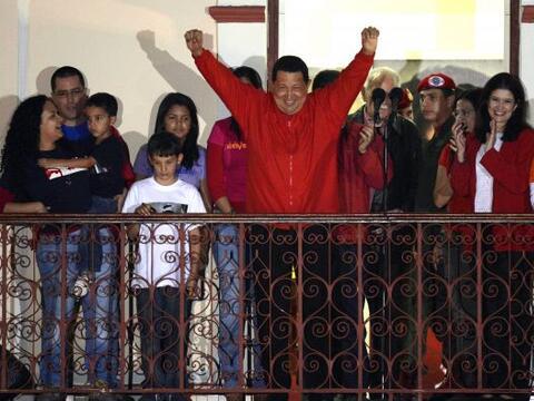 El presidente de Venezuela, Hugo Chávez, reelegido para un nuevo...