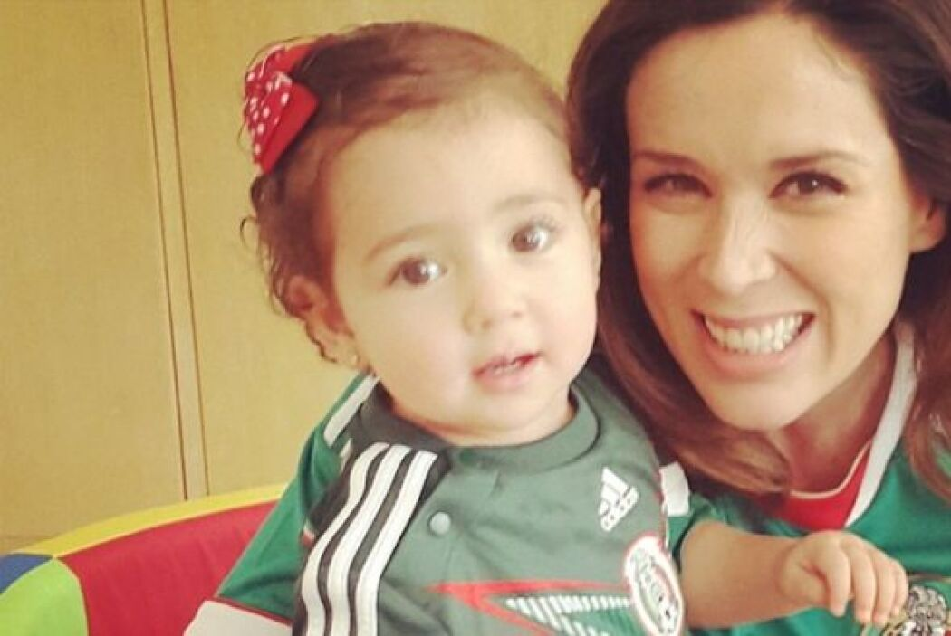 """Jacqueline Bracamontes y su """"Mini Jacky"""" son las más adorables."""