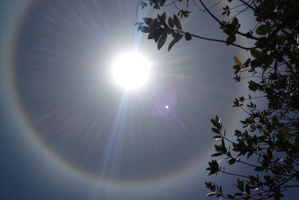 El Halo solar es un fenómeno óptico que es causado por partículas de hie...