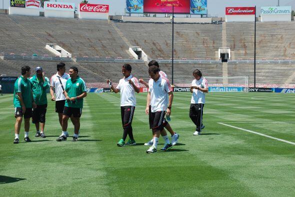 Giovani Dos Santos platicaba con varios compañeros.