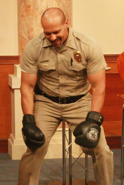Con desánimo por recibir el golpe, el famoso policia suelta sus brazos p...