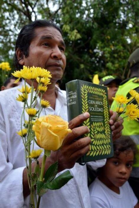 Y también en Aracataca, un hombre sostiene una edición de Cien años de s...