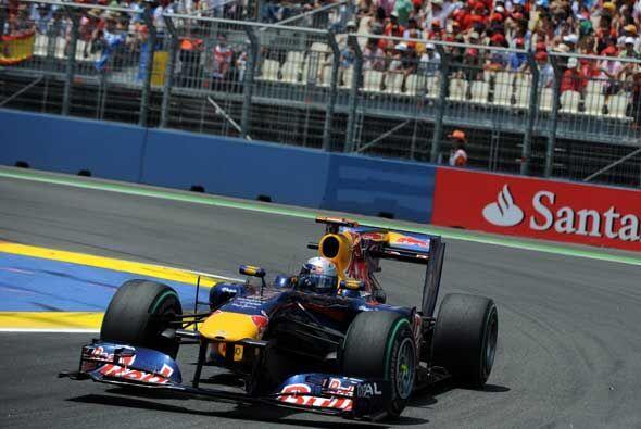 Mientras tanto, Vettel fue aumentando distancias en la punta y a media c...