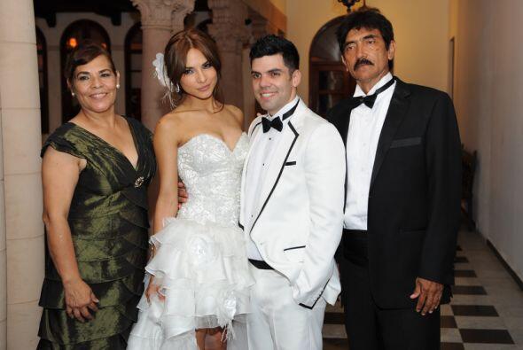 Los novios posaron con los papás de la novia: Rosa María y José María.