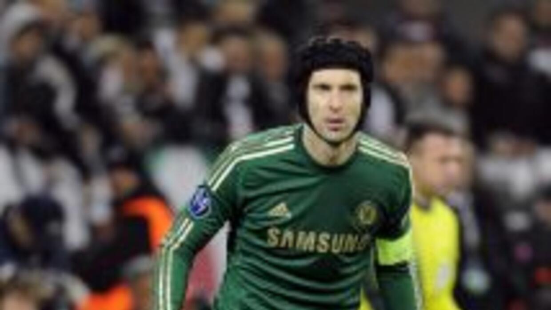 Petr Cech, arquero del Chelsea inglés, una vez más fue elegido como el m...