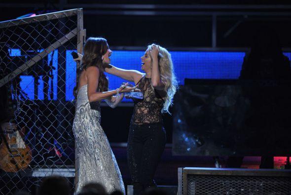 La actriz le entregó el Grammy Latino por su trayectoria musical y su la...