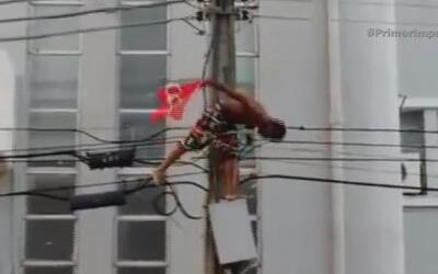 Hombre se sube en poste eléctrico durante protesta y termina electrocutado
