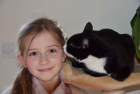Gracias a su mascota, un gato monocromático, que logró ponerla fuera de...