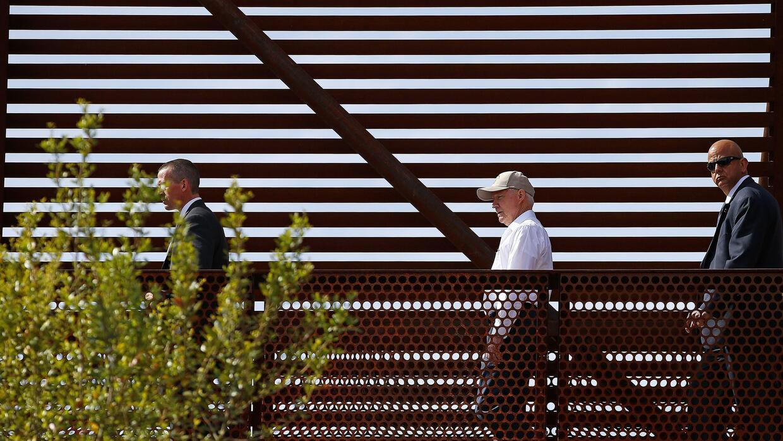 El fiscal general, Jeff Sessions, durante su visita a la frontera con M&...