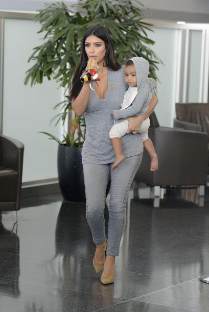 Kim apostó por una blusa pegada de licra, la que combinó con unos skinny...