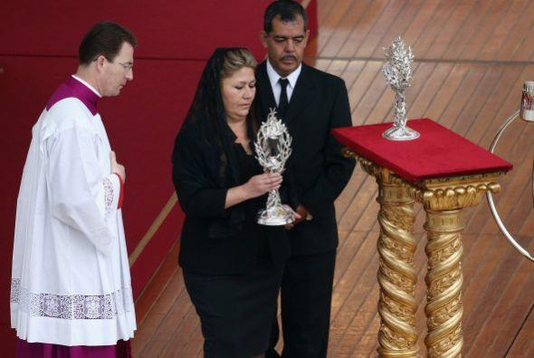 La costarricense Floribeth Mora lleva las reliquias de los nuevos santos...