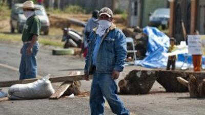 Los habitantes de Cheran, en Michoacán, bloqueron camino para exigir la...