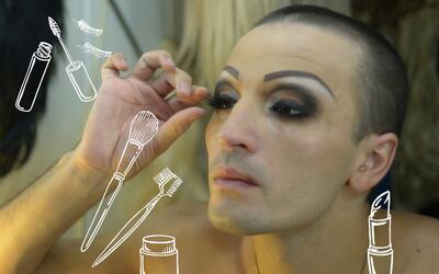 Los hombres que se maquillan dominan la técnicas de aplicación de cosmét...