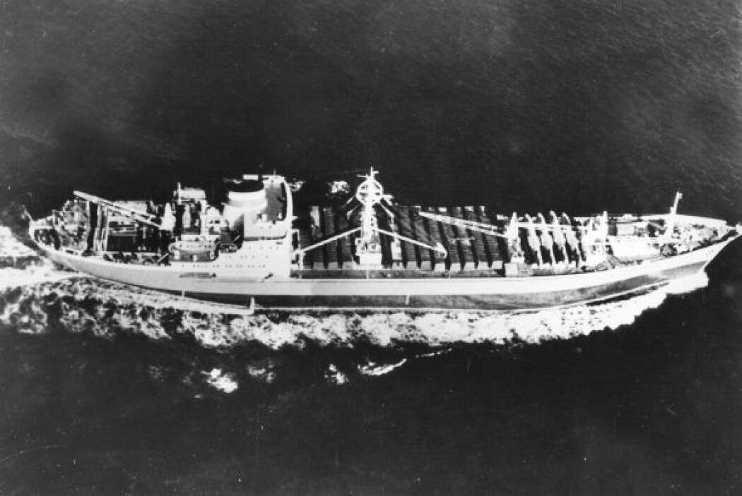 El buque soviético Kasimov cerca de Cuba con 15 aviones I1-28 que estaba...