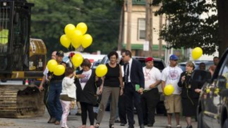 Michelle Knight soltó globos amarillos en honor a las personas desaparec...