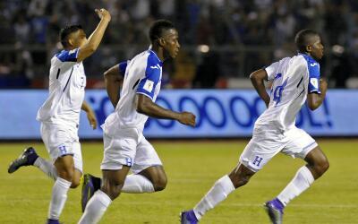Honduras festeja uno de los goles que le anotó a El Salvador.