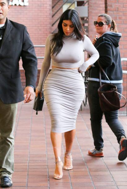 También notamos que acomodaba su falda todo el tiempo, tal vez le quedab...