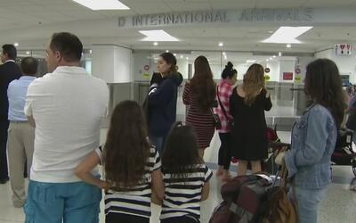 Tensa situación en el aeropuerto de Miami por la eliminación de la polít...