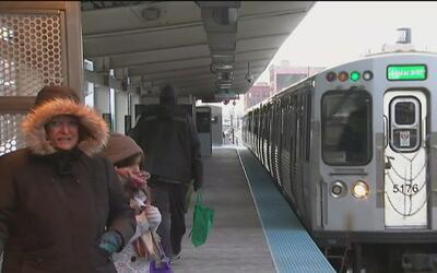 Bajas temperaturas causan retrasos a pasajeros del transporte público
