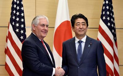 Rex Tillerson, secretario de Estado, estrecha la mano de Shinzo Abe, pri...