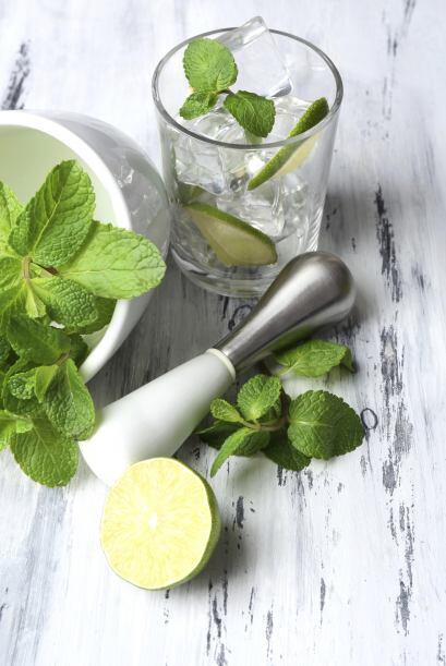 La preparación consiste en cortar los limones en cuartos y col&oa...